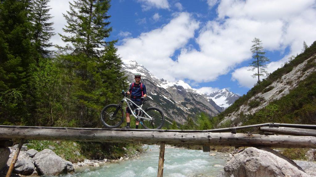 Michaque Kaiser beim Überqueren der Isar im Karwendel