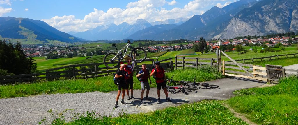 www.mtb-moments.de beim Alpencross Transalp im Inntal. Auf dem Foto zusehen sind Michaque Kaiser, Joachim Jooss, Martin Strauß, Klaus Stark.