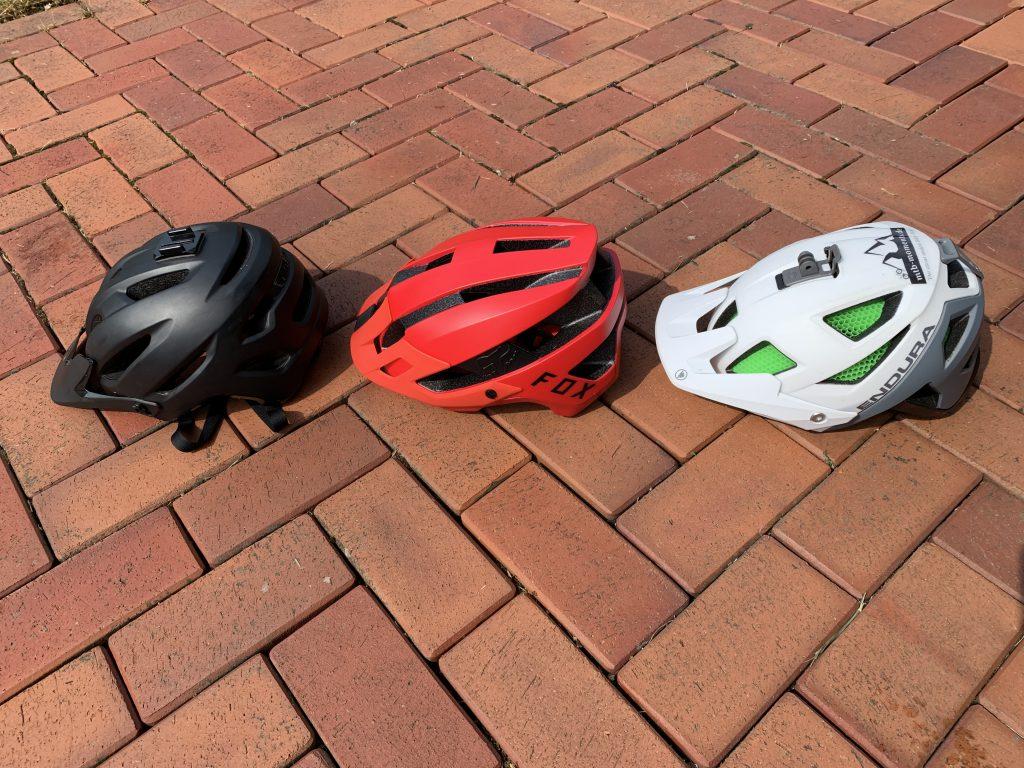 Der Endura MT500 ist der weitaus teuerste Helm im Test, doch lohnt sich der Mehrpreis?    Was sofort ins Auge sticht, ist die neuartige Belüftung mittels Polymerröhrchen, die dazu eine besonders höhe Stoßfestigkeit bietet.
