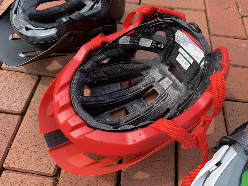 Der Fox Flux hat nur 13 Lüftungsöffnungen, was im Vergleich zum Endura Helm auch zu einer deutlich schlechteren Durchlüftung führt. Auf Befestigungsmöglicheiten für Lampen und Kameras wurde hier ebenfalls verzichtet.